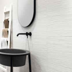 mur-salle-de-bains-faience-33x100-comfort-G-scratch-white-mat-relief 2