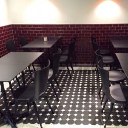 sol-restaurant-carrelage-mosaique-octogone-10x10-noir-avec-cabochon-blanc