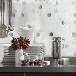 credence-de-cuisine-mosaique-hexagone-sur -trame-en-pierre-blanche-et-verre