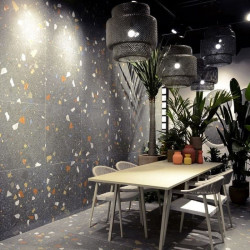 mur-sejour-cuisine-stracciatella-grafito-80x80-terrazzo-fond-noir