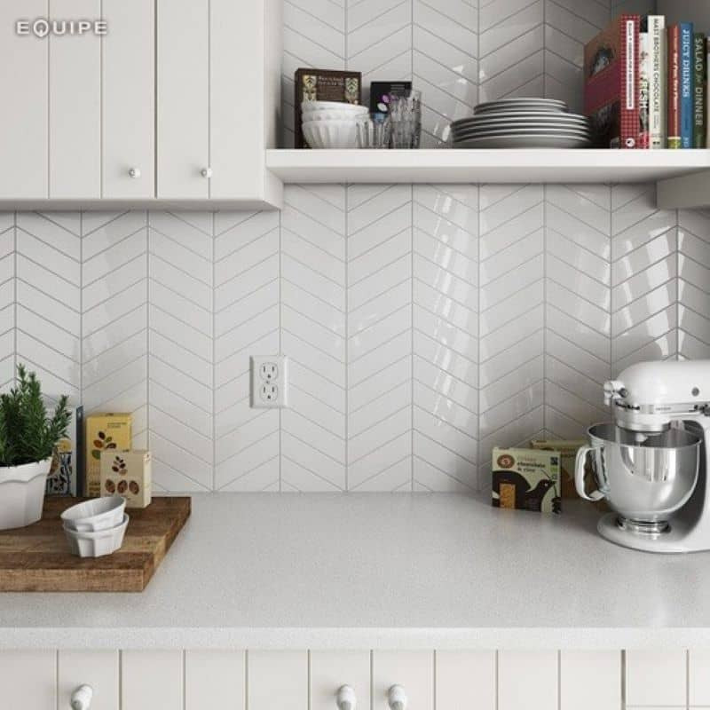 carrelage-chevron-blanc-mat-brillant-186x52-mm-pose-verticale-en-credence-cuisine