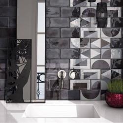 carrelage-mural-splendours-75x150-noir-brillant-et-decor-random-grey-75x150-sur-mur-derriere-vasque-blanche-moderne