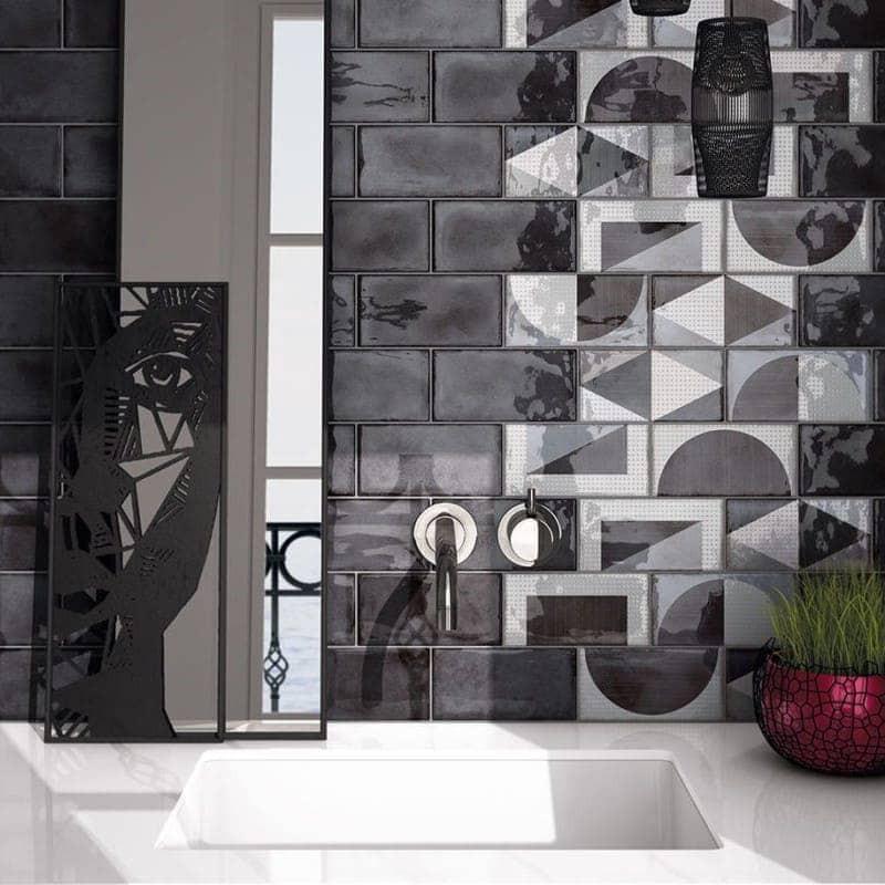 carrelage-mural-splendours-75x150-noir-brillant-et-decor-random-grey-75x150-mur-derriere-vasque-blanche-moderne