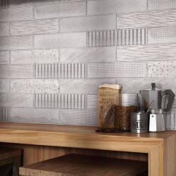 carrelage-decor-Splendours_Fabric-Grey_75x300-mm-sur-une-credence-de-cuisine-avec-un-plan-de-travail-en-bois