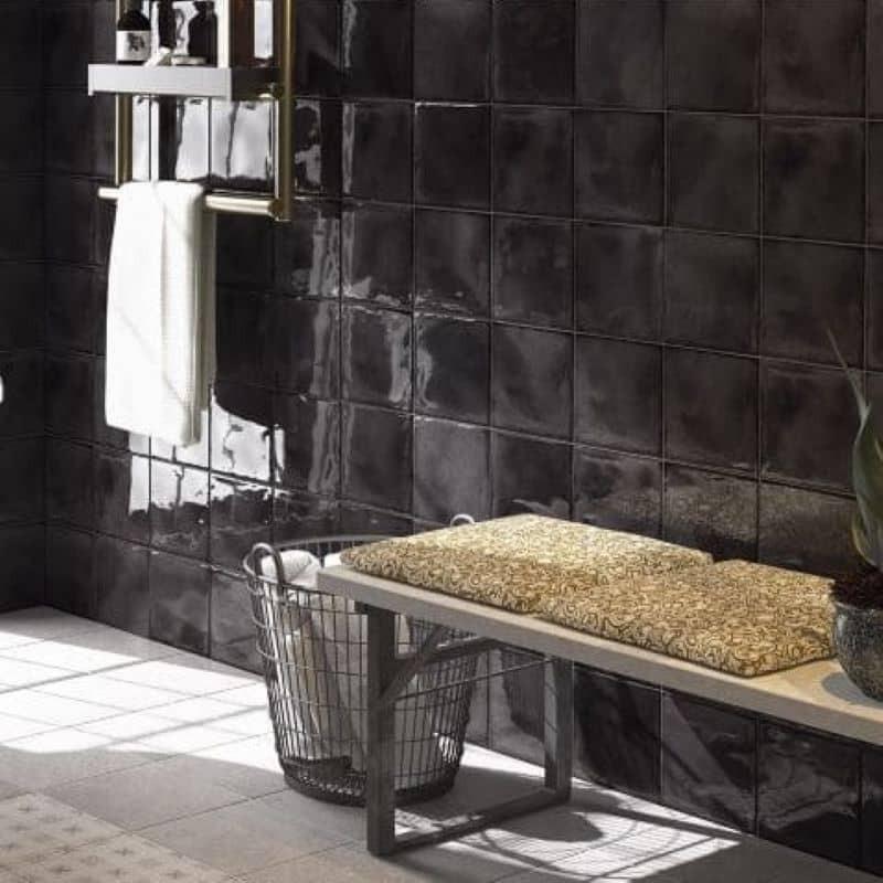 mur-salle-de-bains-art-deco-faience-vintage-bosselee-splendours-black-15x15-noir-brillant