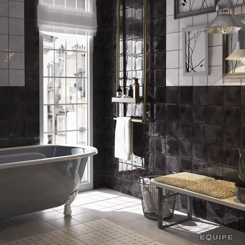 salle-de-bains-retro-avec-baignoire-sur-pied-mur-faence-vintage-15x15-noir-bosselee-splendours-blanck