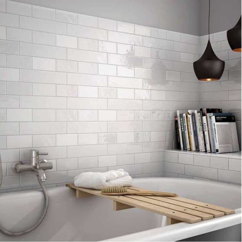 mur-derriere-baignoire-salle-de-bains-carrelage-mural-75x300-mm-blanc-pose-decalee