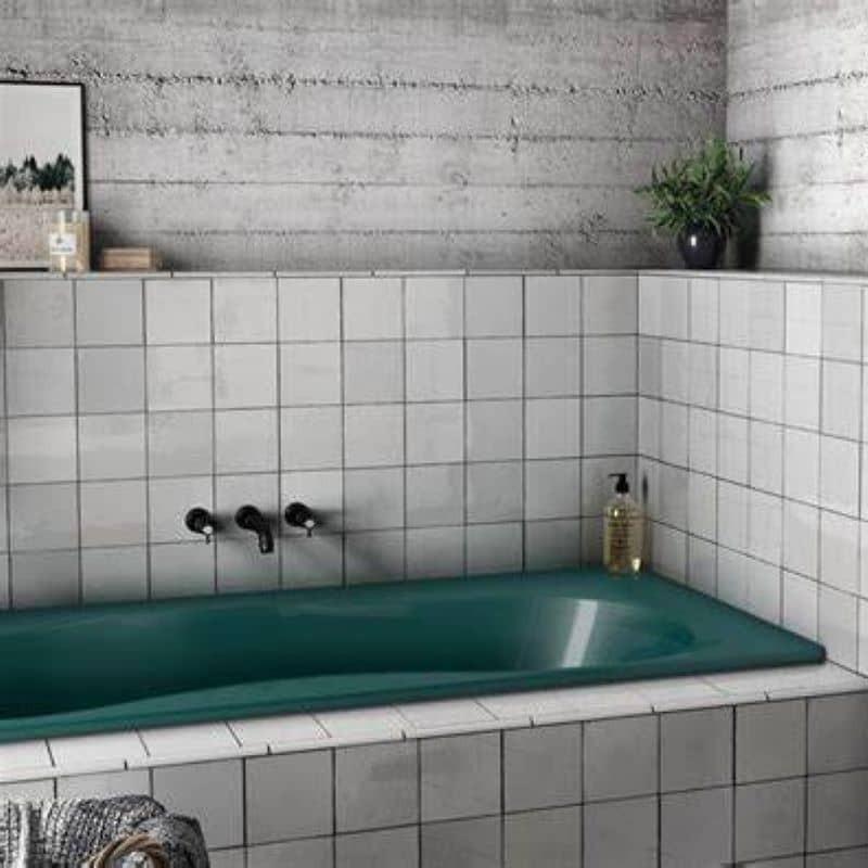 Salle-de-bains-avec baignoire-verte-et-faience-facon-zellige-blanc-132x132-mm-brillant