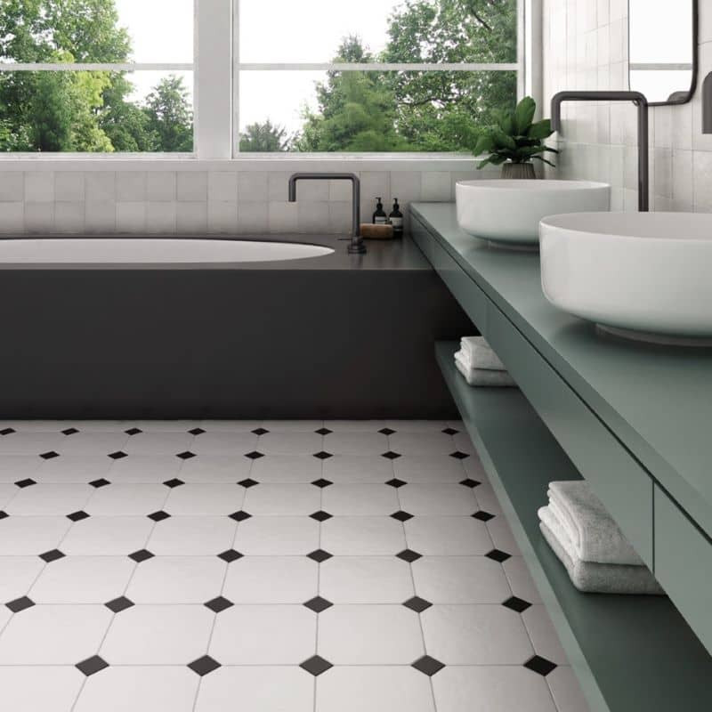 carrelage-octogone-blanc-a-cabochon-noir-20x20-aspect-mat-sol-salle-de-bain-moderne