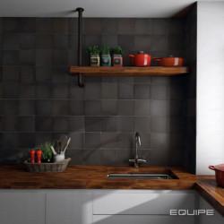 carreau-style faint-main-noir-mat-Magma-Black-Coal-132x132-mm-sur-une-credence-de-cuisine-moderne