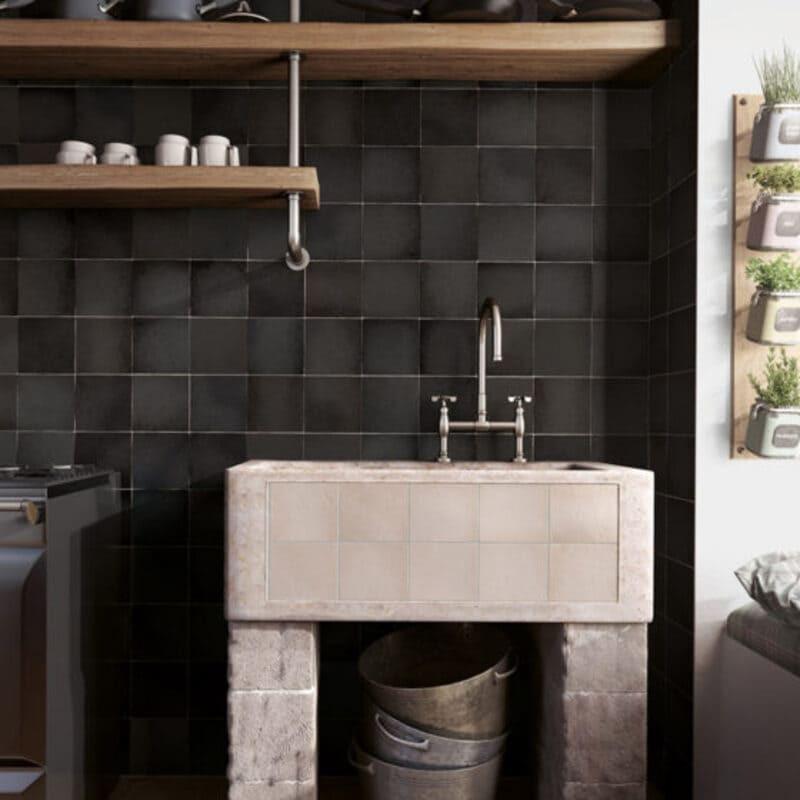 carrelage-esprit-zelligenoir-mat-Magma-Black-Coal-132x132-aux-murs-d-une-salle-de-bains