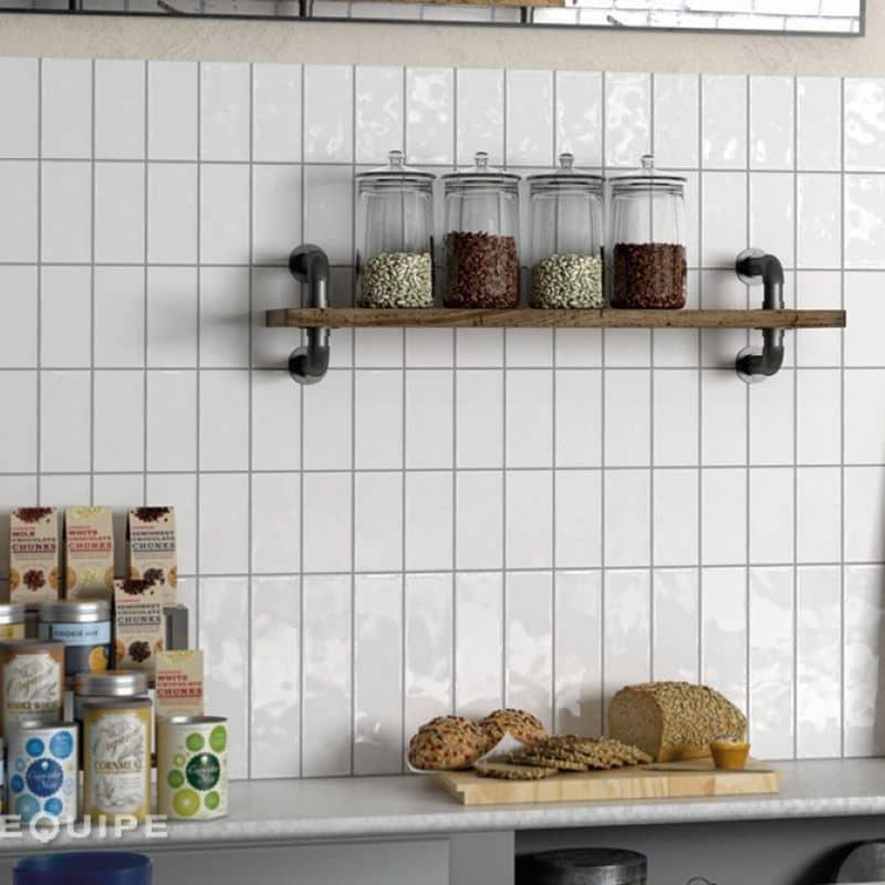 faience-unie-style-metro-plat-masia-blanc-brillant-75x150-mm-en credence-cuisine