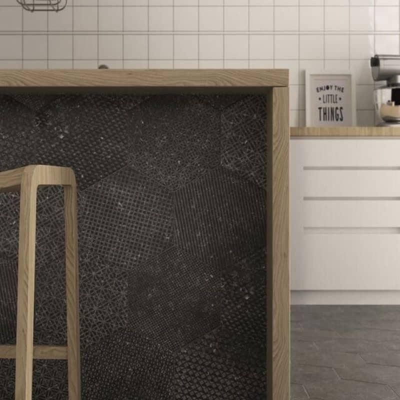 Carrelage-coralstone-hexagonal-292x254-decor-gammut-black-sur-mur-de-cote-ilot-central-cuisine