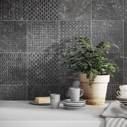 carrelage-coralstone-gamut-black-20x20-effet-pierre-noire-avec-motif-ton-sur-ton-sur-mur-cuisine