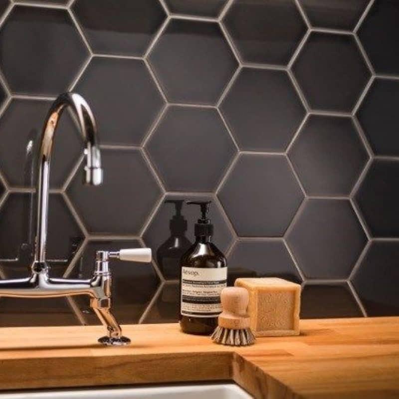 carrelage-mural-hexagonal-noir-scale hexagon-black-124x107-en credence-de-cuisine