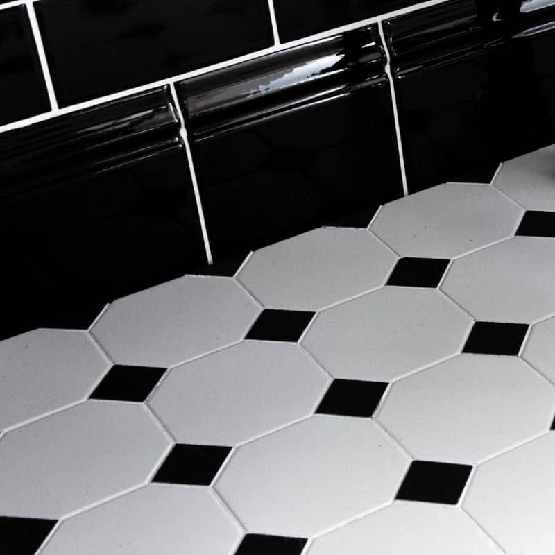 sol-salle-de-bains-mosaique-carrelage-octogonal-10x10-blanc-avec-cabochon-noir
