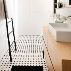 carrelage-octogonal-blanc-a-cabochon-noir-10x10-sol-petite-salle-d-eau