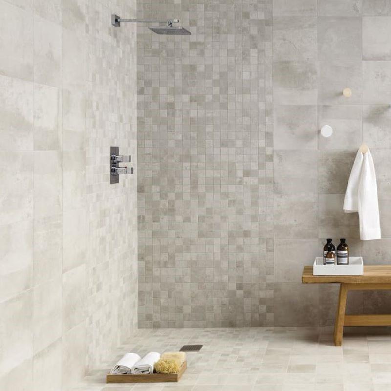 Carrelage-30x60-Entropia-Bianco-aux-murs-douche-italienne-avec-mosaique-entropia-5x5-assortie