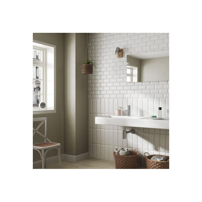mur-salle-de-bain-avec-faience-carreau-metro-blanc-brillant-75x150-mm
