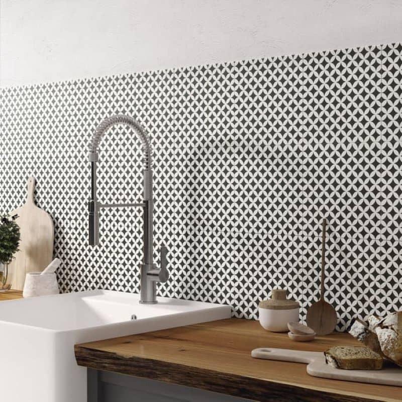 crédence-cuisine-carreaux-imitation-ciment-25x25-motif-etoile-noir-et-creme