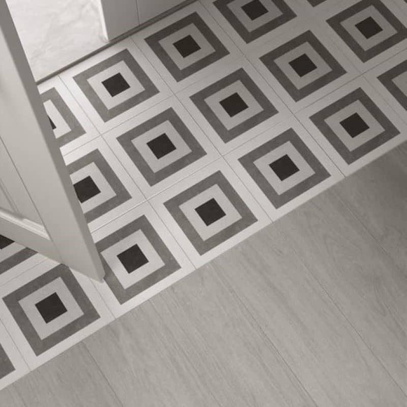 sol-carrelage-effet-bois-blanchi-associe-carrelage-motif-ciment-gris-noir-creme-forme-geometrique-carre