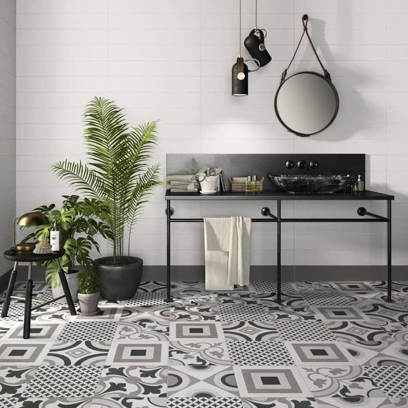 carrelage-effet-ciment-25x25-COMFORT_C_patchwork-noir-blanc-au-sol-d-une-salle-de-bains
