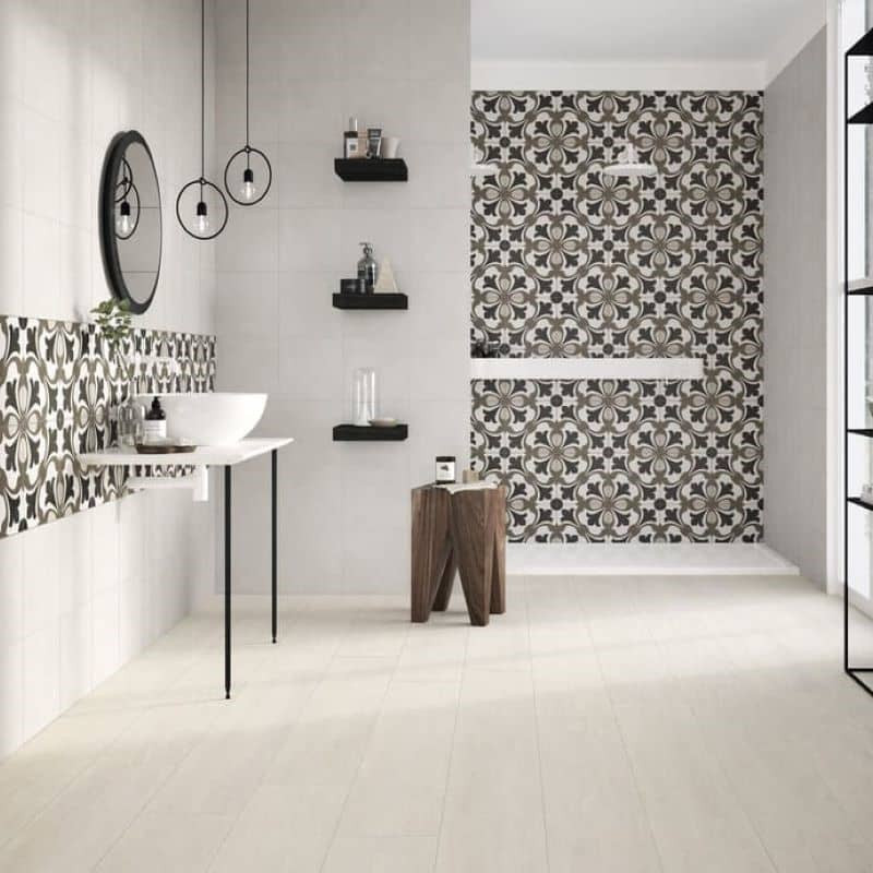 mur-salle-de-bains-carrelage-style-carreau-de-ciment-uni-blanc-creme-associe-a-une-carreau-style-ciment-a-motif-25x25