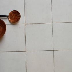assemblage-de-9-carreaux-blanc-creme-nuance-effet-vieilli-epoque-blanco-223x223
