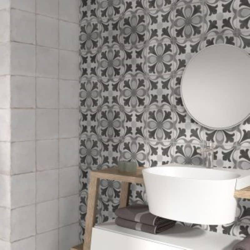 Murs-salle-d-eau-carreau-blanc-creme-nuance-effet-vieilli-epoque-blanco-et-carreau-a-motif-223x223