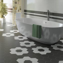 sol-salle-de-bain-moderne-avec-baignoire-ilot-carrelage-hexagonal-hexatile-blanc-noir-mat-175x200-mm