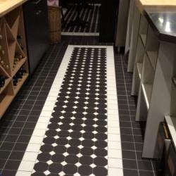 sol-carrelage-mosaique-octogone-10x10-carbonio-noir-et-cabochons-fluoro-blanc