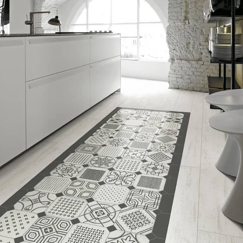 sol-cuisine-carreau-aspect-bois-peint-blanchi-144x893-mm-cap-ferret-bianco-avec-un-tapis-en-carreau-de-ciment-noir-et-blanc