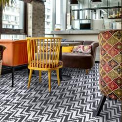 sol-restaurant-mosaique-hexagonale-en-emaux-de-verre-decor-graphique-noir-et-blanc-allegro-black-&-white
