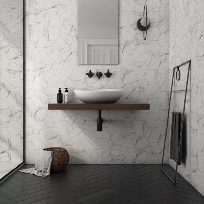 mur-salle-de-bains-moderne-tomette-marbre-blanc-175x200-Carrara-hexagon-matt