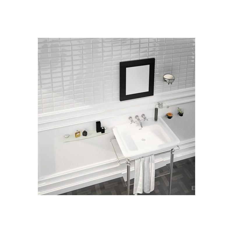 lavabo-rétro-dans-une-salle-de-bains-carrelée-en-carreaux-métro-blanc