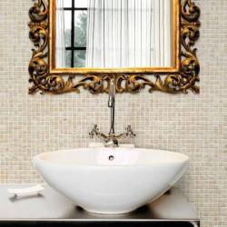 salle-de-bains-avec-mur-en-mosaique-aspect-pierre-25x25-travertino