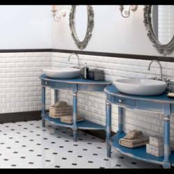carrelage-octogonal-20x20-blanc-brillant-avec-cabochon-noir-brillant-au-sol-d-une-salle-de-bains-retro