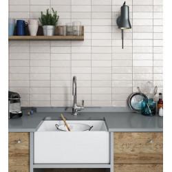 carreau-imitation-zellige-blanc-casse-65x200-mm-mallorca-white-au-mur-d-une-cuisine-esprit-maison-de-famille