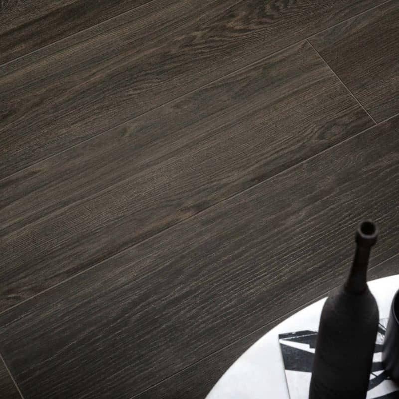 carrelage-aspect-parquet-20x120-craftsman-wood-coal-au-sol-d-un-sejour