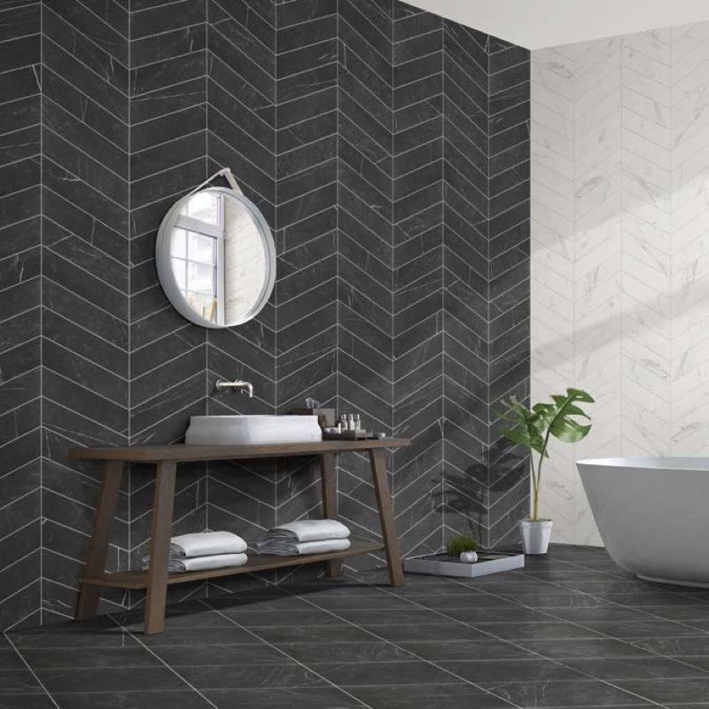 carreau-imitation-marbre-noir-70x40-diamond-marquina-chevron-version-droite-et-gauche-au-mur-d-une-salle-de-bains-moderne
