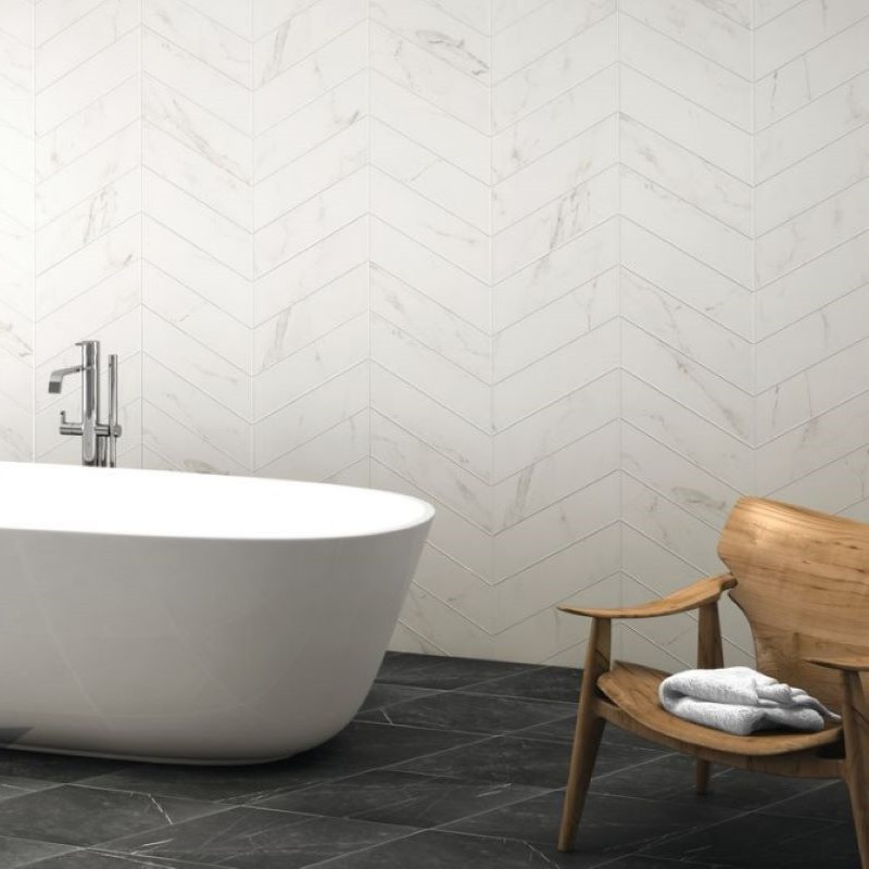 carrelage-marbre-blanc-calacatta-70x40-diamond-chevron-sol-salle-de-bains-avec-baignoire-ilot-moderne