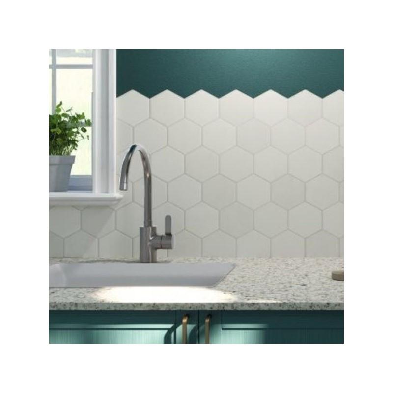 carrelage-tomette-hexagonale-blanche-mate-265x510-mm-hex-white-sur-une-credence-de-cuisine