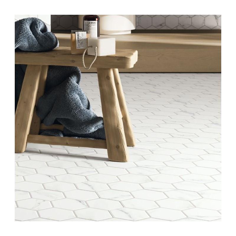 carrelage-tomette-aspect-marbre-blanc-mat-265x510-mm-hex-calacatta-au-sol-d-un-sejour