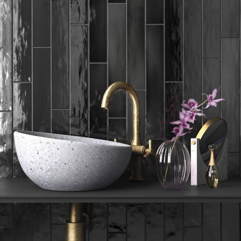 carrelage-esprit-zellige-noir-manacor-black-65x400-mm-derriere-une-vasque-a-poser