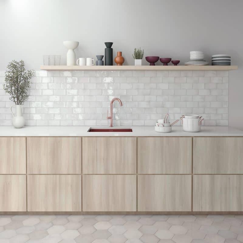 carrelage-esprit-zellige-format-carreau-metro-plat-75x150-mm-blanc-brillant-manacor-white-au-mur-credence-cuisine-contemporaine
