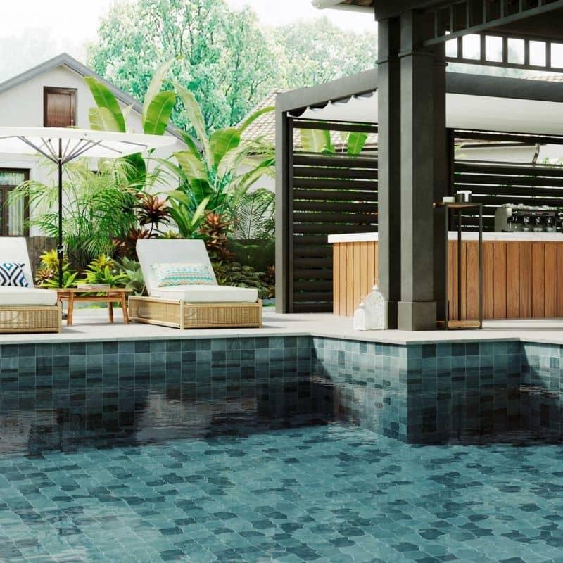 piscine-eau-vert-turquoise-carrelage-bali-33x33-vert