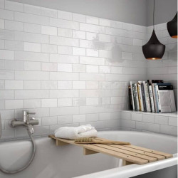 mur-derriere-baignoire-salle-de-bains-carrelage-mural-75x150-mm-blanc-pose-decalee