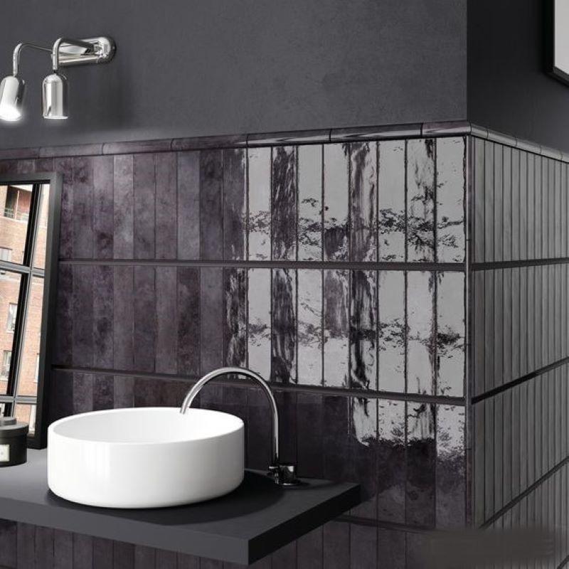 carrelage-vernisse-noir-nuance-60x246-mm-aspect-bossele-en-murs-de-salle-de-bains-Tribeca-Basalt