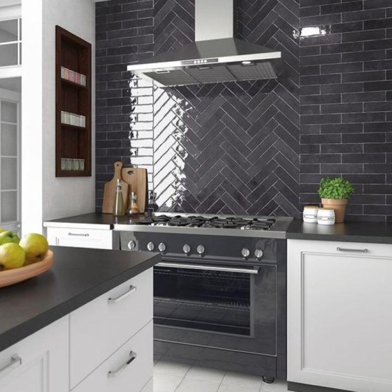 carrelage-vernisse-noir-nuance-60x246-mm-aspect-zellige-en-credence-de-cuisine-Tribeca-Basalt