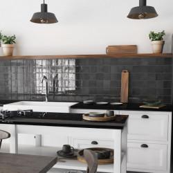 carrelage-10x10-noir-nuance-brillant-en-credence-de-cuisine-esprit-campagne-maison-de-famille
